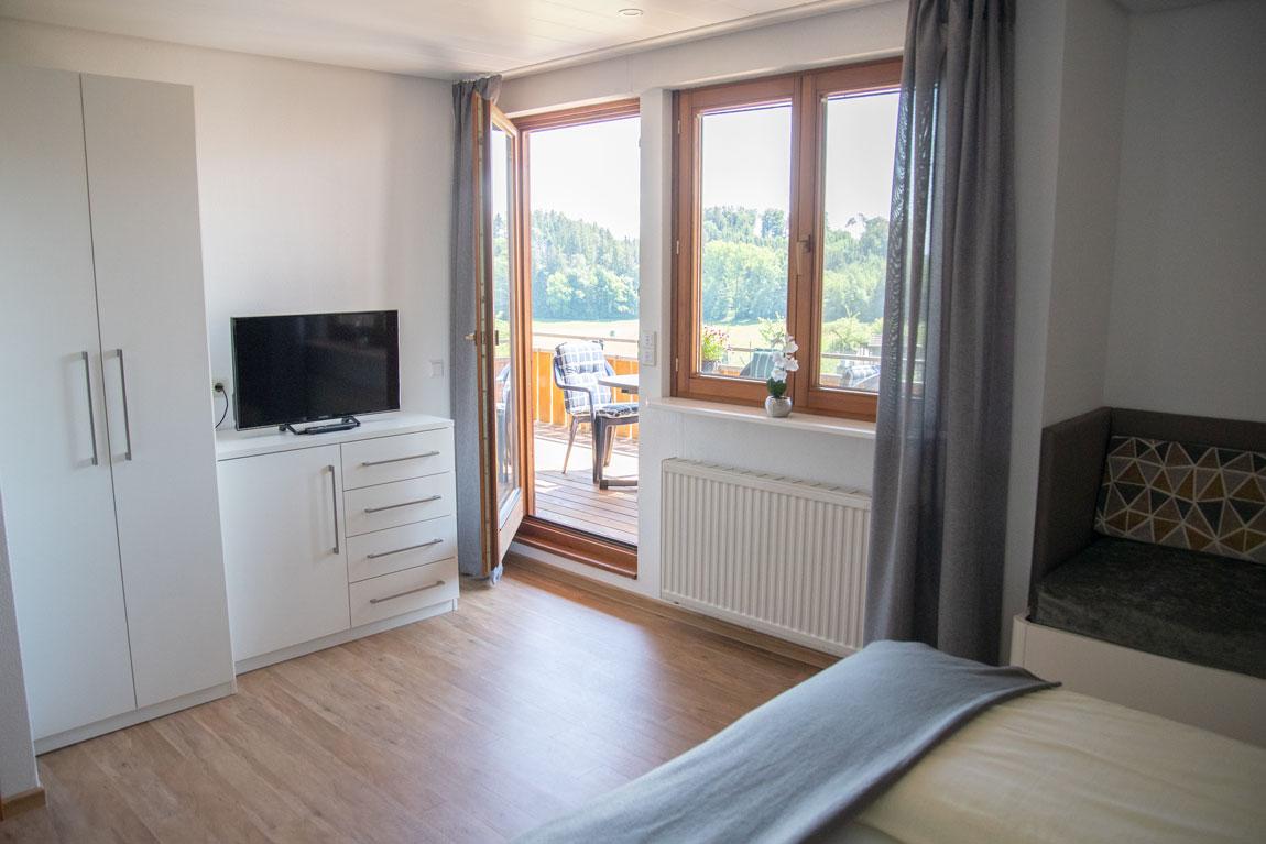 2020-05-ferienhof-sonnenschein-alpenblick-schlafzimmer