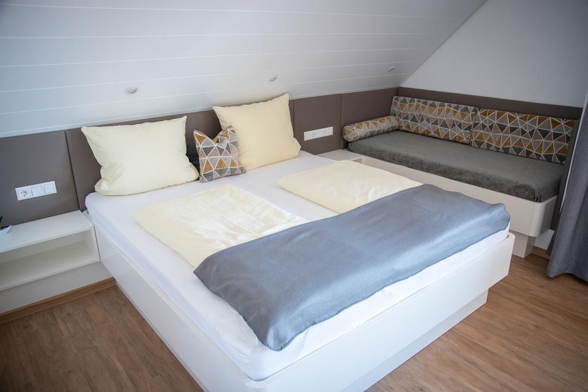 2020-05-ferienhof-sonnenschein-alpenblick-schlafzimmer2