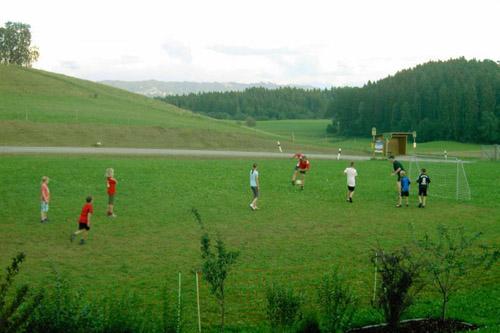 fussballspiel_spiel-spass_haus-sonnenschein