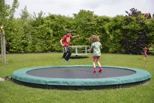 trampolin_spiel-spass_haus-sonnenschein